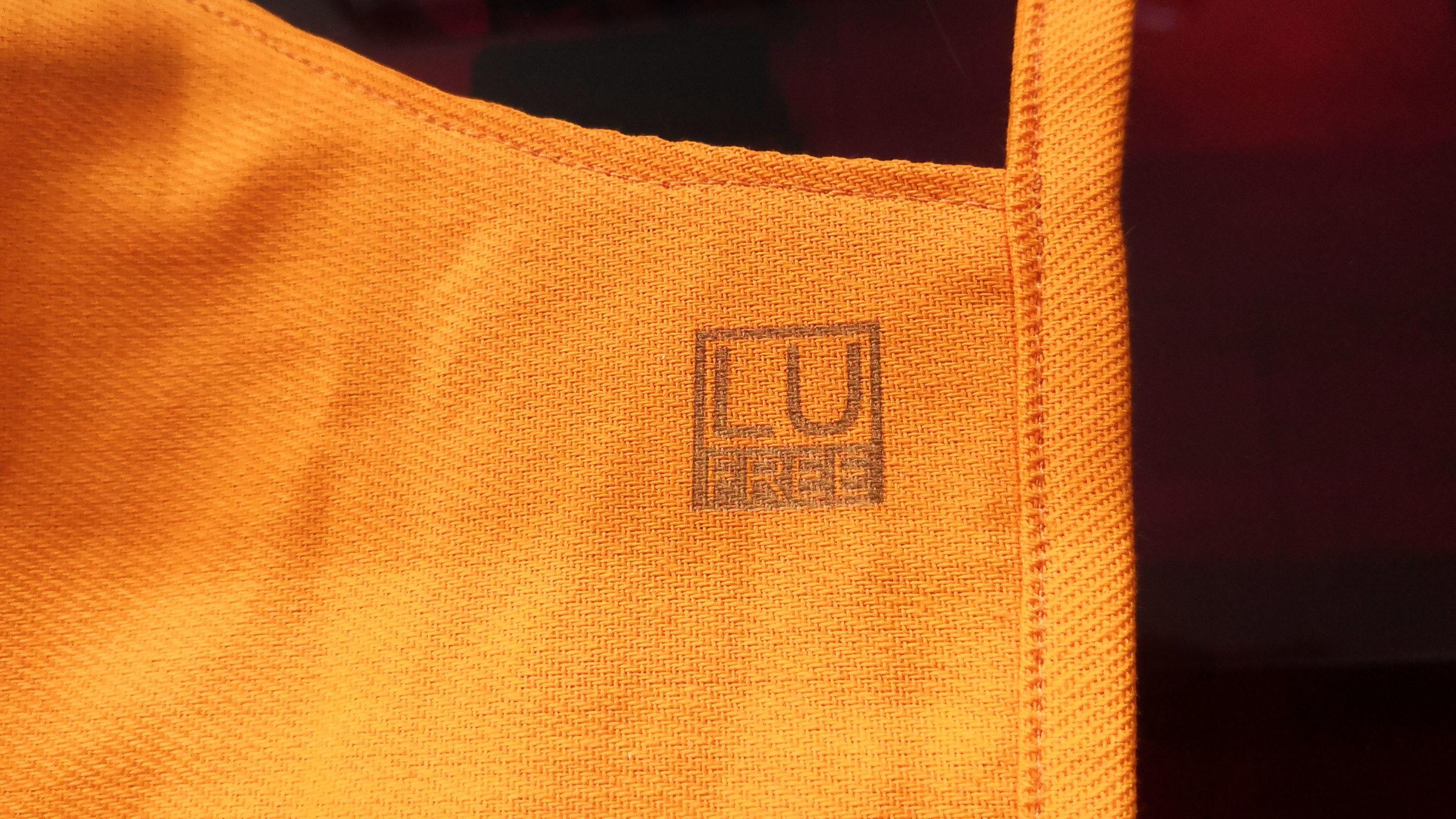 Vygravírované logo na bavlněné roušce