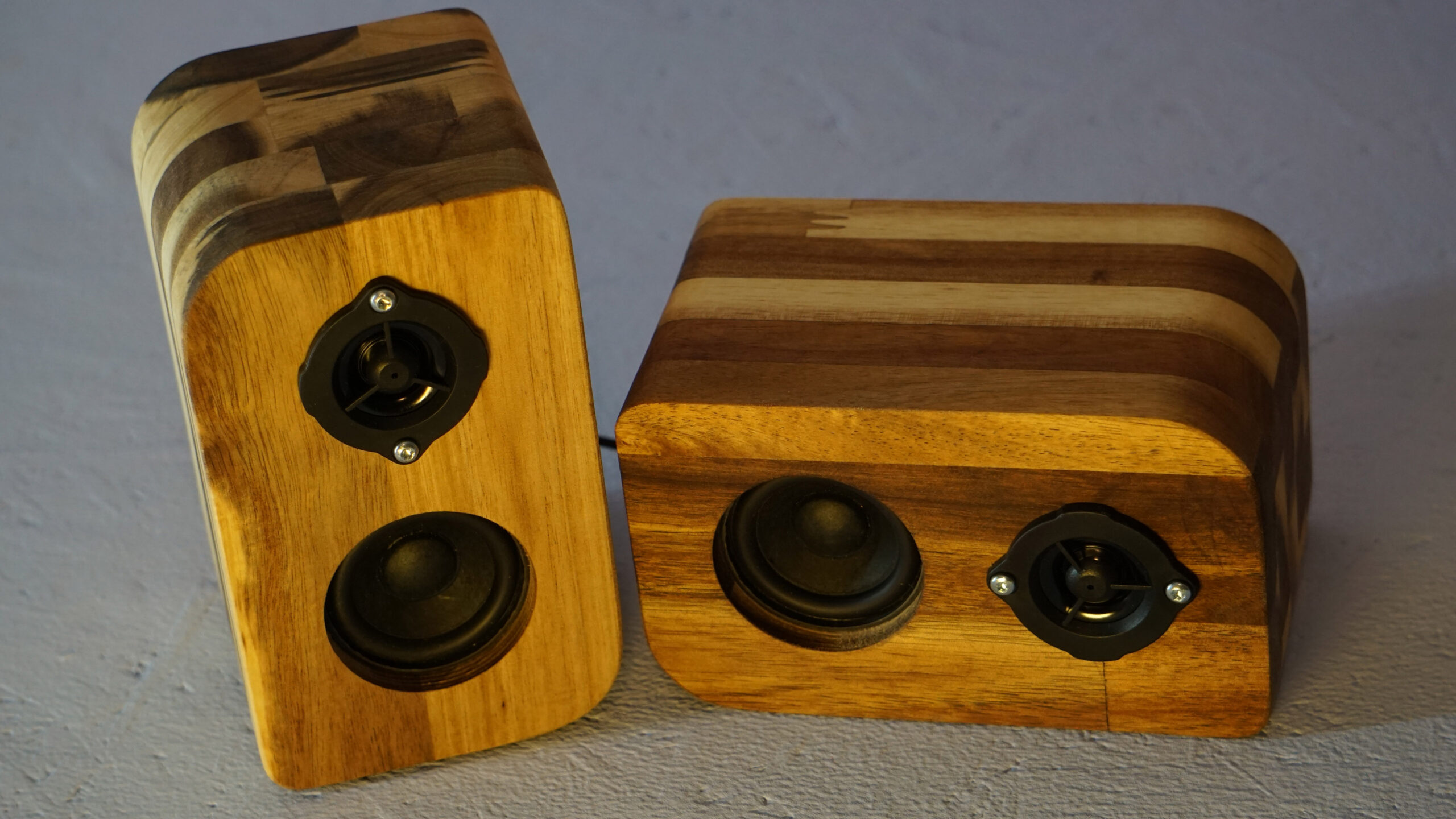 Reproduktory z akátového dřeva