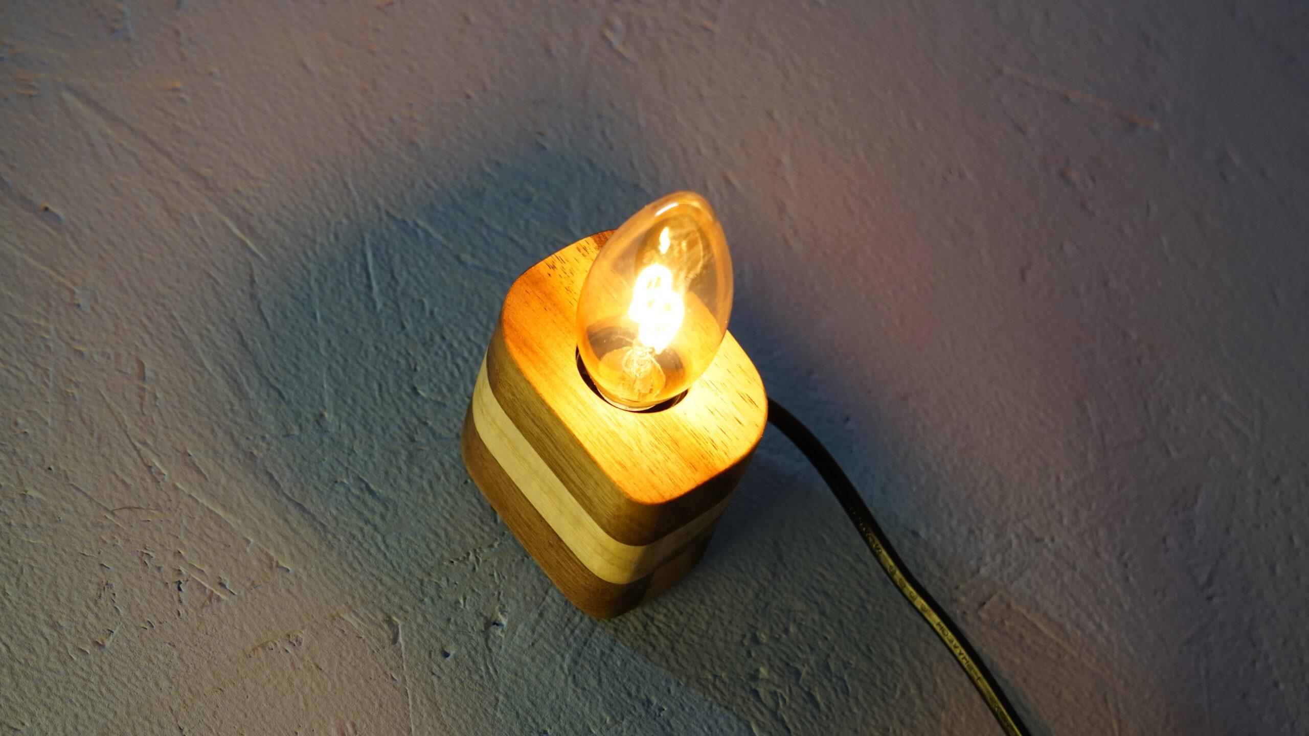 Lampa z akátového dřeva