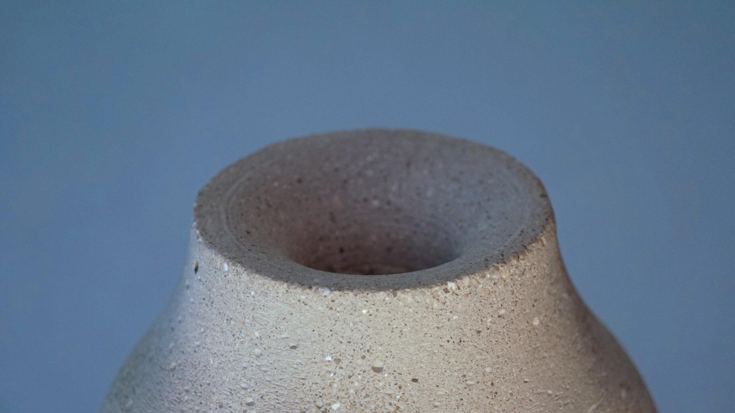 Detail hrdla popelníku